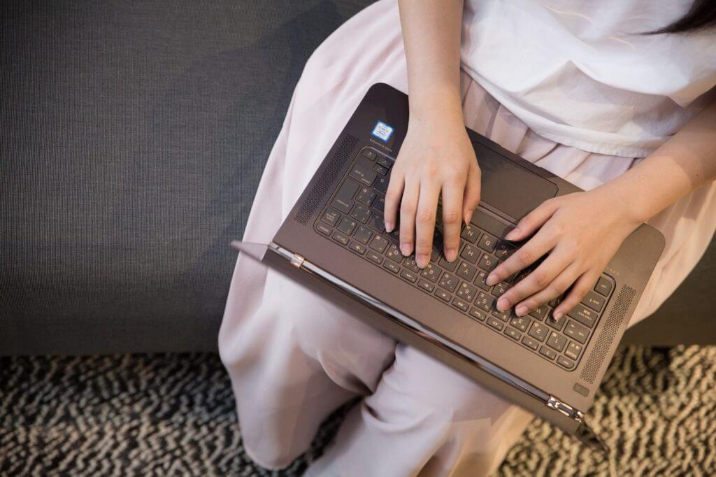 パソコンを使って在宅ワークをしている女性の画像